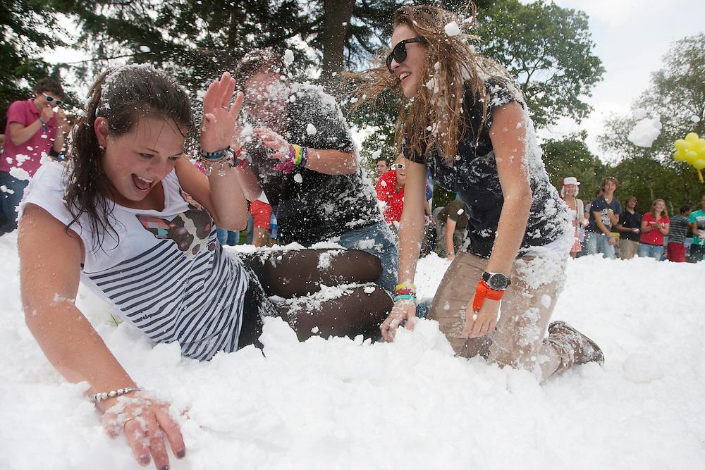 Tijdens de Utrechtse IntroductieTijd (UIT) houden de nieuwe studenten van de Universiteit Utrecht een groot sneeuwballengevecht.<br /> <br /> New students of the Utrecht University are having a fight with snowballs during the Utrecht Introduction Time (UIT).
