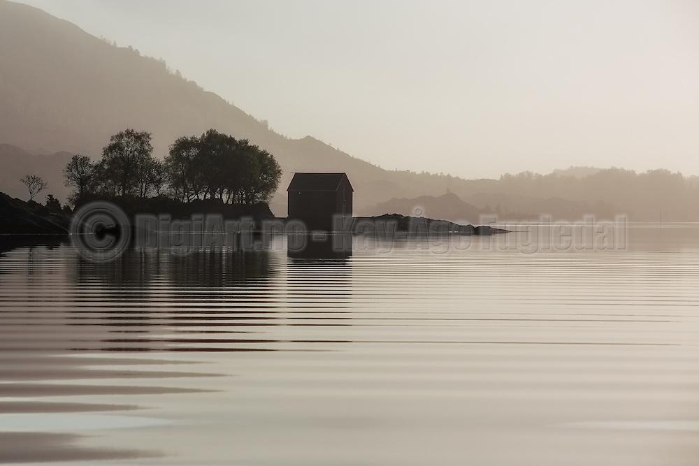 Morning mood, with boat house and small ripples in the sea   Morgenstemning med naust i fjøra, og krusninger i sjøen
