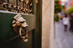 THEMENBILD - ein Löwenkopf an einer Eingangstür, aufgenommen am 04. Oktober 2019 in Venedig, Italien // a lion's head on a front door, in Venice, Italy on 2019/10/04. EXPA Pictures © 2019, PhotoCredit: EXPA/Stefanie Oberhauser