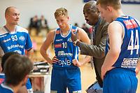 Basket<br /> 22.09.2018<br /> Blno<br /> Gimle - Tromsø Storm<br /> Tromsø Storm i en timeout , Simen Samuelsen (L) , Henrik Langt (3R) , trener Kenneth Webb (2R) og Anders Solem (R) <br /> Foto: Astrid M. Nordhaug, Digitalsport