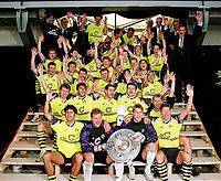 BILDENE INNGÅR IKKE I FASTAVTALENE PÅ NETT<br /> <br /> Fotball<br /> Tyskland<br /> Borussia Dortmund Feature<br /> Foto: imago/Digitalsport<br /> NORWAY ONLY<br /> <br /> 18.05.1996<br /> Deutscher Meister 1996 BVB mit der Meisterschale, 1. Reihe v. li.: Thomas Franck, Wolfgang de Beer, Stefan Klos, Stefan Reuter; 2. Reihe: Carsten Wolters, Karlheinz Riedle, Rene Tretschok, Stephane Chapuisat, Günter Kutowski; Teddy, Karsten, Karl-Heinz, Günther