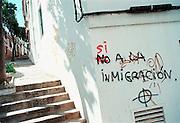 Spanje, Algeciras, 18-5-2001Protest en steun op een muur m.b.t. de toestroom van immigranten,vluchtelingen,illegalen.Algeciras en omgeving is een belangrijk doel voor de vluchtelingen vanuit Noord Afrika.Foto: Flip Franssen/Hollandse Hoogte