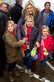 Prinses Maxima en kinderen bij aankomst van Sinterklaas