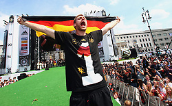 15.07.2014, Brandenburger Tor, Berlin, GER, FIFA WM, Empfang der Weltmeister in Deutschland, Finale, im Bild Per Mertesacker (GER) mit Deutschlandfahne // during Celebration of Team Germany for Champion of the FIFA Worldcup Brazil 2014 at the Brandenburger Tor in Berlin, Germany on 2014/07/15. EXPA Pictures © 2014, PhotoCredit: EXPA/ Eibner-Pressefoto/ Pool<br /> <br /> *****ATTENTION - OUT of GER*****
