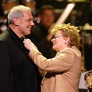 NLD/Utrecht/20060319 - Gala van het Nederlandse lied 2006, dirigent Dick Bakker krijgt een koninklijke onderscheiding van de Blaricumse burgmeester Helma Ton