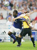 Fotball<br /> Intertoto Cup 2004<br /> Foto: Witters/Digitalsport<br /> NORWAY ONLY<br /> <br /> v.l. Gerald ASAMOAH Schalke -  Martin JENSEN<br /> Halbfinale UI-Cup FC Schalke 04 - Esbjerg fB