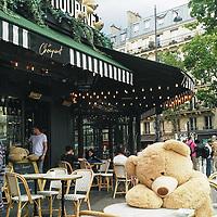 Ça faisait des mois que je n'avais pas vu les Nounours des Gobelins, ces<br /> ours en peluche qui font le tour des terrasses et des boutiques de Paris.<br /> Hibernaient-ils ?<br /> En tout cas, ça faisait bien plaisir de les revoir et d'imaginer combien de gens ont dû sourire en les apercevant.<br /> Ce jour-là, ils étaient à côté du jardin du Luxembourg. Où les verrai-je la<br /> prochaine fois ?<br /> <br /> It had been months since I had last seen Nounours des Gobelins, these Teddy<br /> Bears who go to various terraces and shops in Paris. Had they been hibernating?<br /> One thing was sure, it felt great to see them again and to imagine all the<br /> people who must have been smiling as they spotted them.<br /> On that day, they were by Jardin du Luxembourg. I wonder where I'll see them<br /> next?