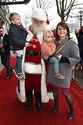 Koningin Maxima is aanwezig bij de BZT Kerstshow in Carre Amsterdam. De BZT Band XXL is compleet! Tien muzikale groepen, met elk een eigen 'sound', treden aanstaande op in een vol Carré op het Kerst Muziekgala 2016 als onderdeel van Meer muziek in de klas.<br /> <br /> Queen Maxima attends the BZT Christmas Show in Amsterdam Carre. The BZT Band XXL is complete! Ten musical groups, each with its own 'sound', stairs leading into a full Carré in Christmas music gala 2016 as part of more music in class.<br /> <br /> Op de foto / On the photo: <br /> <br />  Sofie van den Enk mert haar kinderen en de kerstman