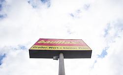 THEMENBILD - BauMaxx Kette, im Bild das Logo der insolventen BauMaxx - Kette, aufgenommen am 20.09.2015 in Neurum, Österreich // the logo of the insolvent group BauMaxx in Neurum, Austria on 2015/09/20. EXPA Pictures © 2015, PhotoCredit: EXPA/ Jakob Gruber