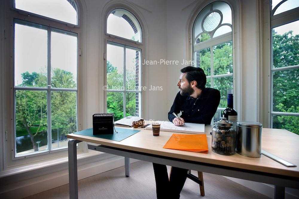 Nederland, Amsterdam , 28 april 2014.<br /> Voor de rubriek 'De Torenkamer' is het radioprogramma Opium op 4 op zoek naar dichters, componisten en kunstenaars die het leuk vinden om vijf dagen achtereen in een torenkamer aan het Vondelpark te werken aan een eigen project!<br /> VondelCS <br /> In grote afzondering vijf dagen werken aan een eigen project - alles wat je al heel lang van plan bent maar waar je steeds niet aan toe komt. Dat kan nu in VondelCS, het compleet verbouwde filmmuseum in het Vondelpark. Een week lang vormt een heuse torenkamer in dit gebouw jouw atelier en uitvalsbasis. Een kleine lichte ruimte aan een groot en mooi park. <br /> Op de foto: de aftrap met kunstenaarMichael van Kekem<br /> Foto:Jean-Pierre Jans