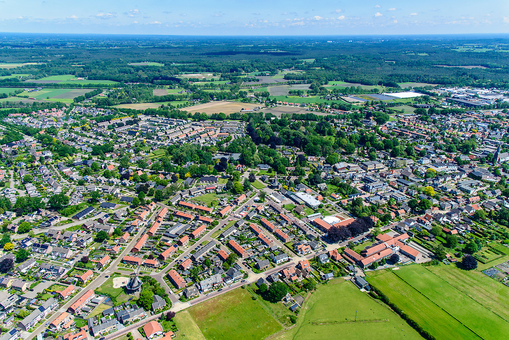 Nederland, Gelderland, Gemeente Bronckhorst, 29-05-2019; Achterhoek, Vorden. Overzicht oostelijk deel van het dorp met Hackforter Molen en  Molen De Hoop. Zicht op het omliggende platteland.<br /> Village Vorden, windmills.<br /> <br /> luchtfoto (toeslag op standard tarieven);<br /> aerial photo (additional fee required);<br /> copyright foto/photo Siebe Swart