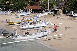 traditionelle Auslegerboote am Sandstrand von Pandan Bai  werden beladen, Outrigger-Canoes on sandy beach, Padang Bai, Bali, Indonesien, Indopazifik, Bali, Indonesia Asien, Indo-Pacific Ocean, Asia