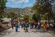 Un grupo de tigres se dirige al lugar donde se enfrentarán en peleas durante el ritual de petición de lluvias.