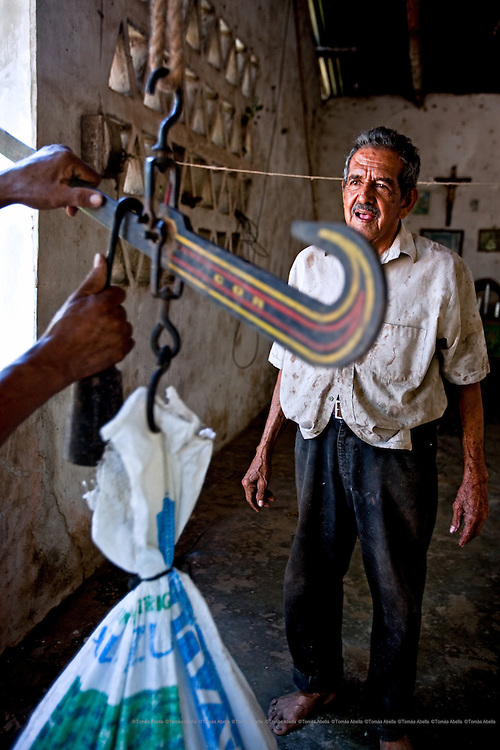 At the San Francisco of Asis Agro-ecology Centre (SFAAC), Manuel García sells a sack of cocoa beans, weighing some 50 kilos, which is destined to be exported to Europe. Mazatán, Mexico.