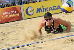 17-07-2014 NED: FIVB Grand Slam Beach Volleybal, Apeldoorn<br /> Poule fase groep A mannen - Chaim Schalk (1) CAN