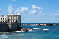 Vista del faro dell'isola di Sant'Andrea dalla spiaggia della purità di Gallipoli