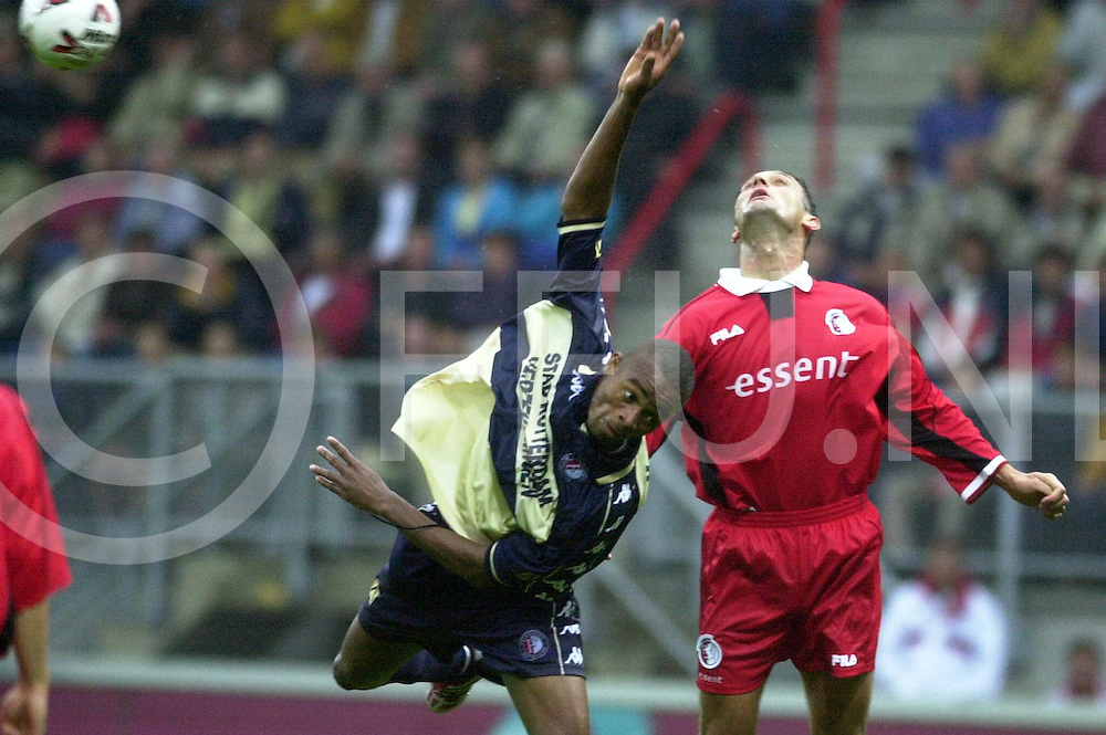 WFA00:NFCTWENTE-FEIJENOORD:ENSCHEDE;27AUG2000-.Leonardo(L) verliest een luchtduel van Spira Grujic...WFA/fu/str.Fotografie Frank Uijlenbroek