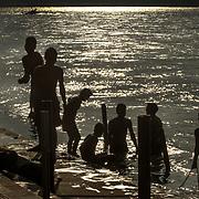 2016 10 14 Rishikesh Uttarakhand Indien<br /> Män som badar i  Ganges vid Ram Jhula<br /> <br /> ----<br /> FOTO : JOACHIM NYWALL KOD 0708840825_1<br /> COPYRIGHT JOACHIM NYWALL<br /> <br /> ***BETALBILD***<br /> Redovisas till <br /> NYWALL MEDIA AB<br /> Strandgatan 30<br /> 461 31 Trollhättan<br /> Prislista enl BLF , om inget annat avtalas.