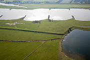 Nederland, Utrecht, Elst, 11-02-2008; Buitenwaarden tussen Elst en Rhenen, uiterwaarden van de Neder-Rijn, strekdammen (kribben) vegroten de bevaarbaarheid van de rivier; in de uiterwaarden aan de overzijde van de rivier worden maatregelen genomen om de rivier meer de ruimte te geven; navigatie, kribdammen, strekdam, krib, neder rijn; .luchtfoto (toeslag); aerial photo (additional fee required); .foto Siebe Swart / photo Siebe Swart