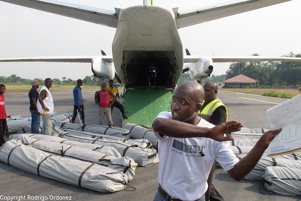 Temporary workers hired by Save the Children unload tents from a cargo plane in Man, western Côte d'Ivoire. <br /> Save the Children chartered a flight with tents that will be used to set up temporary classrooms and monitored playgrounds for children displaced by conflict in western Côte d'Ivoire, so they can continue their education and regain a sense of normalcy.