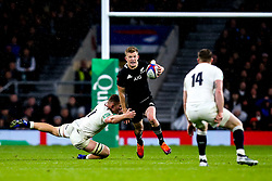 Damian McKenzie of New Zealand goes past Sam Underhill of England - Mandatory by-line: Robbie Stephenson/JMP - 10/11/2018 - RUGBY - Twickenham Stadium - London, England - England v New Zealand - Quilter Internationals