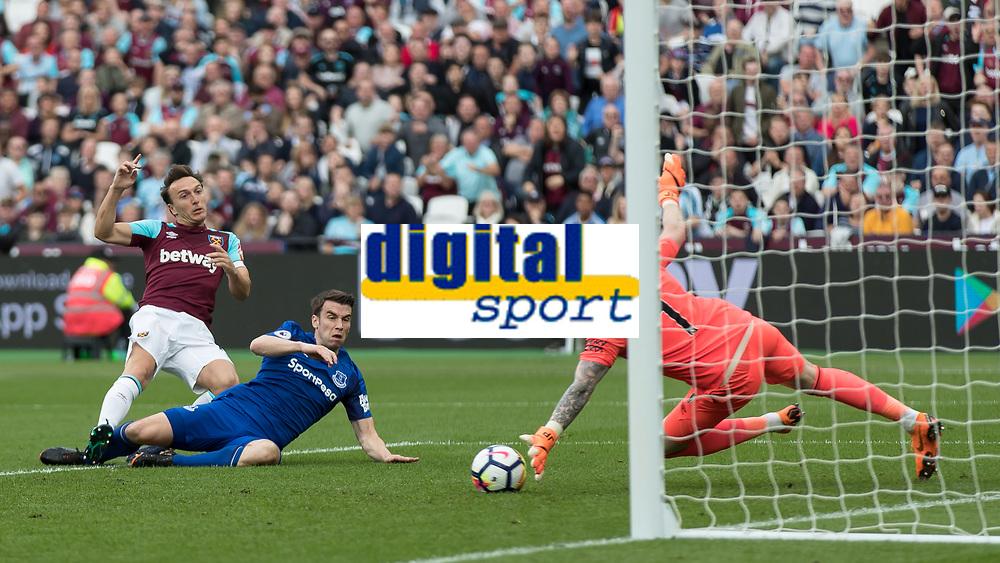 Football - 2017 / 2018 Premier League - West Ham United vs. Everton<br /> <br /> Mark Noble (West Ham United) curls his effort and forces a fine save from Jordan Pickford (Everton FC ) at the London Stadium<br /> <br /> COLORSPORT/DANIEL BEARHAM