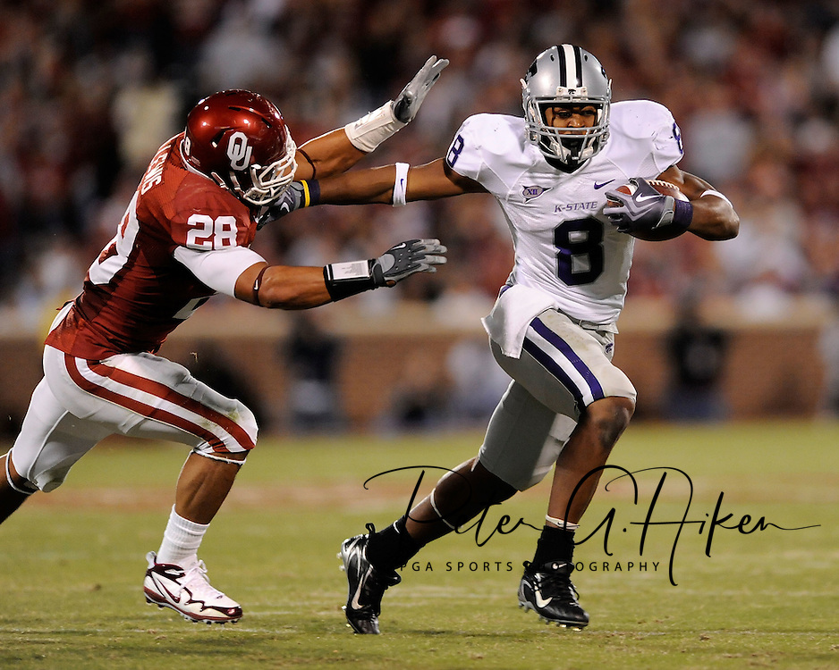 NORMAN, OK - OCTOBER 31:  Running back Daniel Thomas #8 of the Kansas State Wildcats brakes to the outside against pressure from linebacker Travis Lewis #28 of the Oklahoma Sooners during the second quarter on October 31, 2009 at Gaylord Family Oklahoma Memorial Stadium in Norman, Oklahoma.  (Photo by Peter G. Aiken/Getty Images)