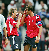 Fotball, 9. oktober 2004,  VM kvalifisering, Skottland V Norge,  En blodig Claus Lundekvam og André Bergdølmo , Norge, ser på kuttet