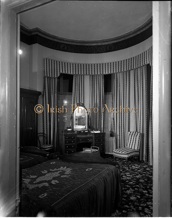 22/10/1957<br /> 10/22/1957<br /> 22 October 1957<br /> Architecture: <br /> Interior of Ormsby Hotel, 27 Eccles Street, Dublin.