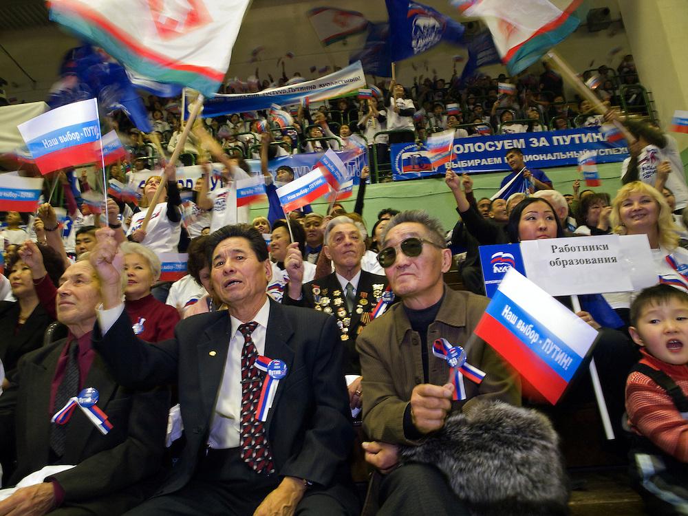 """Wahlkampf Veranstaltung der Putin Partei """"Einiges Russland"""" vor den Duma Wahlen im Sport Palast der sibirischen Stadt Jakutsk. Jakutsk hat 236.000 Einwohner (2005) und ist Hauptstadt der Teilrepublik Sacha (auch Jakutien genannt) im Foederationskreis Russisch-Fernost und liegt am Fluss Lena. Jakutsk ist im Winter eine der kaeltesten Grossstaedte weltweit mit durchschnittlichen Winter Temperaturen von -40.9 Grad Celsius. <br /> <br /> Election campaign meeting of the Putin party """"United Russia"""" in the Yakutsk sport palace a few days before the Duma elections in Russia. Yakutsk is a city in the Russian Far East, located about 4 degrees (450 km) below the Arctic Circle. It is the capital of the Sakha (Yakutia) Republic (formerly the Yakut Autonomous Soviet Socialist Republic), Russia and a major port on the Lena River. Yakutsk is one of the coldest cities on earth, with winter temperatures averaging -40.9 degrees Celsius."""