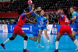05-12-2019 JAP: Cuba - Slovenia, Kumamoto<br /> Fourth match groep A at 24th IHF Womenís Handball World Championship. Slovenia win 39 - 26 of Cuba / Nina Zabjek #9 of Slovenia