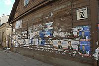 11.2007 Bialystok n / z niesprzatniete plakaty wyborcze na domu przy ulicy Warszawskiej fot Michal Kosc / AGENCJA WSCHOD