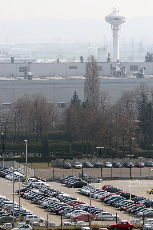 """Mlada Boleslav/Tschechische Republik, Tschechien, CZE, 19.03.07: Das Skoda Werksgelände vom Dach des von Mitarbeitern sogenannten """"Pentagon"""" - dem Sitz der Skoda Chefs direkt gegenüber der Skoda Autofabrik in Mlada Boleslav. Der tschechische Autohersteller Skoda ist ein Tochterunternehmen der Volkswagen Gruppe.<br /> <br /> Mlada Boleslav/Czech Republic, CZE, 19.03.07: View over Skoda factory complex and its parking place from administration building at Skoda car factory in Mlada Boleslav. Czech car producer Skoda Auto is subsidiary of the German Volkswagen Group (VAG)."""
