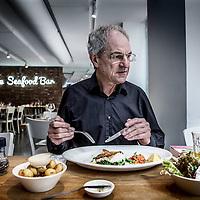Nederland, Amsterdam, 12 april 2016.<br /> verhaal over Voedingsmythes, het nieuwe boek van (emeritus) hoogleraar voedingsleer Martijn Katan. In dat boek  behandelt hij 70 mythes over eten; bleekselderij, chocola, whisky, visolie, inspiratie.<br /> Op de foto: Martijn Katan tijdens de lunch in Seafood Bar, Spui 15<br /> <br /> <br /> Foto: Jean-Pierre Jans