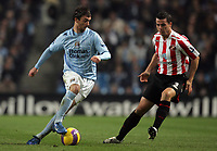 Photo: Paul Thomas/Sportsbeat Images.<br /> Manchester City v Sunderland. The FA Barclays Premiership. 05/11/2007.<br /> <br /> City's goal scorer Stephen Ireland (L) looks to pass past Ian Harte.