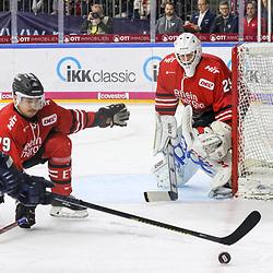 Koelns Colin Ugbekile (Nr.79) verteidigt das Tor von Koelns Gustaf Wesslau (Nr.29)  beim Spiel in der DEL, Koelner Haie (rot) - EHC Red Bull Muenchen (weiss).<br /> <br /> Foto © PIX-Sportfotos *** Foto ist honorarpflichtig! *** Auf Anfrage in hoeherer Qualitaet/Aufloesung. Belegexemplar erbeten. Veroeffentlichung ausschliesslich fuer journalistisch-publizistische Zwecke. For editorial use only.