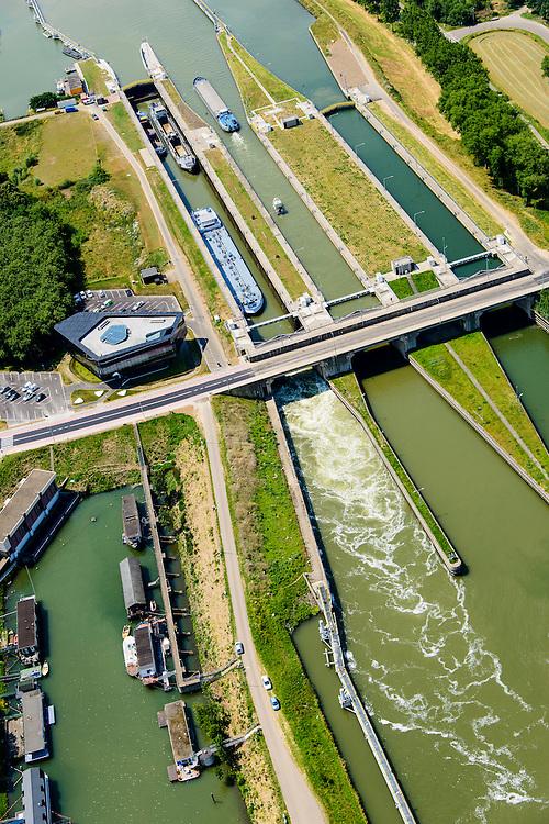 Nederland, Limburg, Gemeente Maasgouw, 26-06-2014; sluis Maasbracht met Scheepvaart Verkeerscentrale. De Regiocentrale zorgt voor bediening en communicatie van en met sluizen stuwen e.d. in Limburg.<br /> Locks and the new shipping control centre.<br /> luchtfoto (toeslag op standard tarieven);<br /> aerial photo (additional fee required);<br /> copyright foto/photo Siebe Swart
