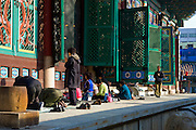 People praying outside Hall of the Great Hero, or Daeung-jeon at Jogye-sa Buddhist Temple, Seoul, South Korea. Jogyesa is the main temple of the Jogye Order of Korean Buddhism, and has a important part in Seon Buddhism. Located in Gyeonji-dong, Jongno-gu within in the old city of Seoul.