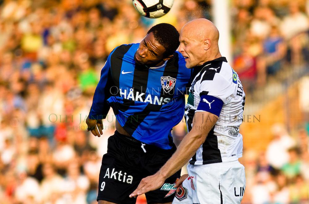 FC Interin Guillano Grot (L) ja TPS:n Jarmo Heinikangas iskevät tiukasti palloon Turun derbyssä 15.8.2010. FC Inter v TPS, Veritas Stadion, Turku, Suomi.