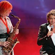 NLD/Hilversum/20070518 - Finale SBS6 So you wannabe a Popstar 2007, optreden Sascha Visser met saxofoniste