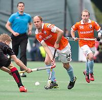 BLOEMENDAAL -  Bloemendaal speler Teun de Nooijer  tijdens de halve finale van de Euro Hockey League tussen de mannen van Bloemendaal en Amsterdam (2-2). Bloemendaal wint na shoot -outs.  Op de achtergrond Matthew Swann.  ANP KOEN SUYK