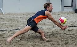 17-06-2016 NED: Beachvolleybaltoernooi eredivisie, Amsterdam<br /> Op het Mercatorplein in Amsterdam gaan de beachers uit de eredivisie van start / Pepijn Lochtenberg #2