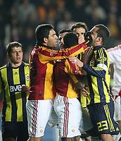 Fotball<br /> Tyrkia<br /> Foto: imago/Digitalsport<br /> NORWAY ONLY<br /> <br /> 12.04.2009<br /> Arda Turan (2.v.li.) und Shabani Nonda (beide Galatasaray, 2.v.re.) sowie Daniel Güiza (3.v.li.) und Semih Sentürk (beide Fenerbahce, re.) liefern sich eine Rangelei<br /> <br /> Galatasaray Istanbul - Fenerbahce Istanbul 0:0