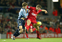 Fotball<br /> Premier League 2004/05<br /> Liverpool v Southampton<br /> 28. desember 2004<br /> Foto: Digitalsport<br /> NORWAY ONLY<br /> Steven Gerrard of Liverpool holds of Martin Cranie of Southampton