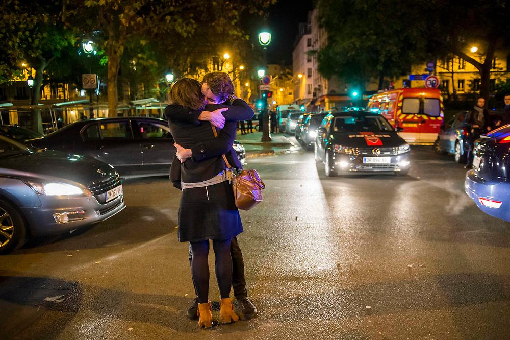 Survivors of the 13 november terrorist attack in the Bataclan concert hall after the police freed them. 130 people died and 416 people were injured in the attacks on November 13.<br /> Paris, France. November 14, 2015. <br /> Survivants de l'attentat terroriste du 13 novembre dans la salle de concert du Bataclan après la libération par la police. 130 personnes sont mortes et 416 personnes ont été blessées lors des attaques du 13 novembre. Paris, France. 4 novembre 2015.