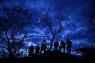 Touristen mit Stirnlampen auf einer Fotoreise in der Morgendämmerung, Pantanal, Brasilien<br /> <br /> Tourists with head lamps on a photo travel at dawn, Pantanal, Brazil
