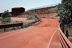 Taranto zona industriale nei pressi dell'Ilva, Strade rosse dalla polvere di ferro.