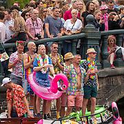 NLD/Amsterdam/20190803 - Gaypride 2019, drukte op dr grachten, kijkend publiek