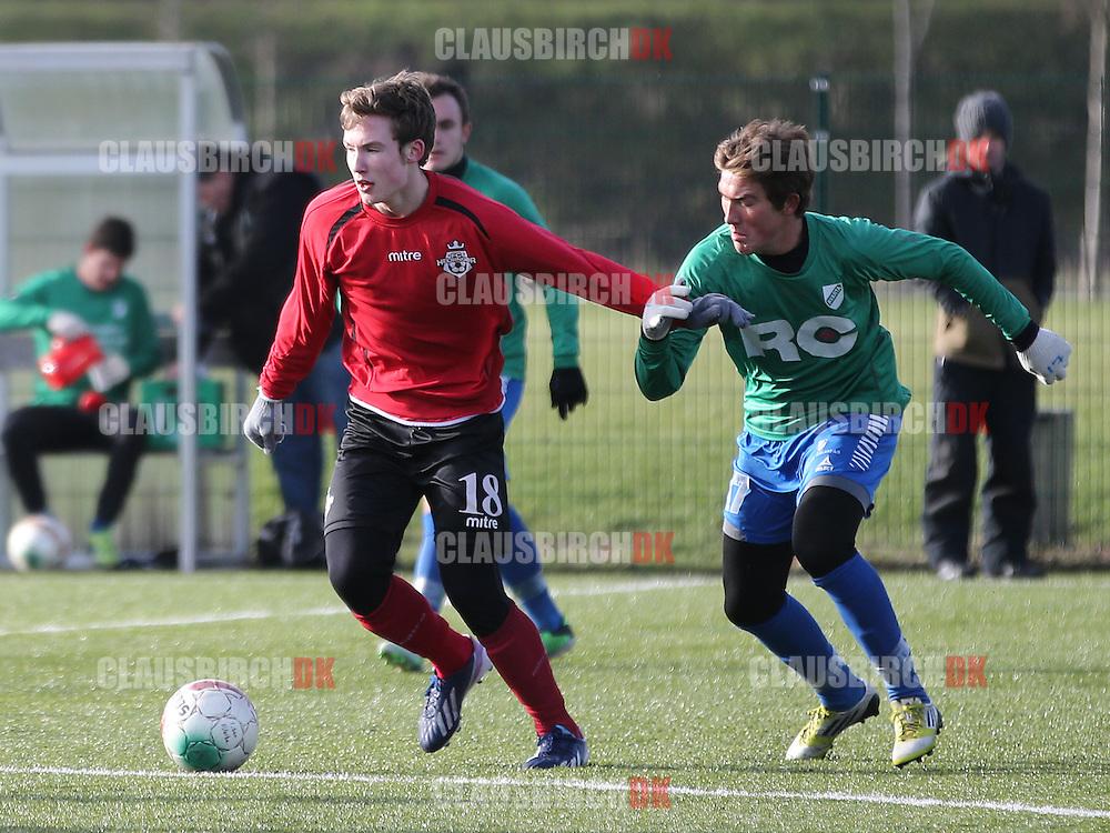 Nicklas Skou (FC Helsingør) følges af Rasmus Jensen (Avarta).