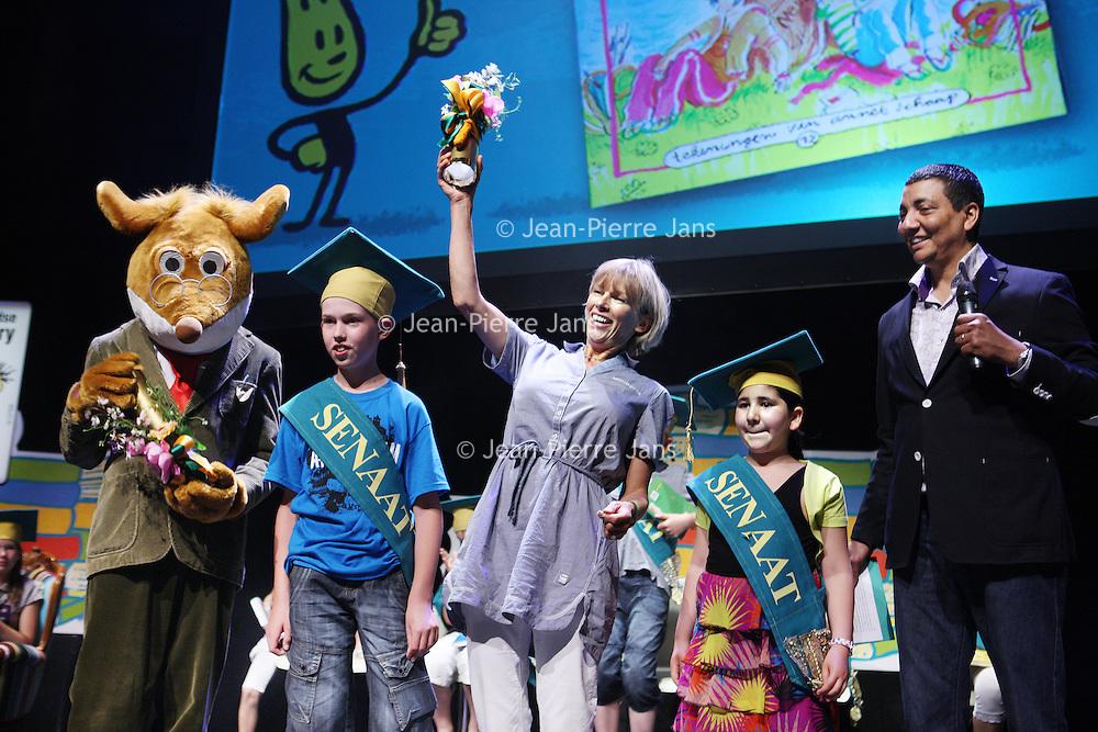 Nederland, Amsterdam , 23 juni 2010..Geronimo Stilton en Francine Oomen winnen de Prijs van de Nederlandse Kinderjury 2010. Dit maakte de Senaat van de Kinderjury 2010 vanmiddag bekend tijdens een speciaal programma in Koninklijk Theater Carré. Geronimo Stilton wint met Fantasia IV - Het drakenei in de categorie 6 t/m 9 jaar. Francine Oomen wint in de categorie 10 t/m 12 jaar met.Hoe overleef ik (zonder) dromen? Zij wint de prijs voor de 8ste keer..De Nederlandse Kinderjury is de publieksprijs voor kinderen. Ruim 26.000 kinderen stemden de afgelopen maanden op hun favoriete boek van het afgelopen jaar..Rechts op de foto presentator Jorgen Raymann.Foto:Jean-Pierre Jans